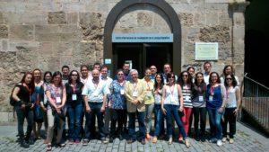 Profesorado y participantes del Seminario ante la puerta de CiLengua en el monasterio de San Millán de la Cogolla