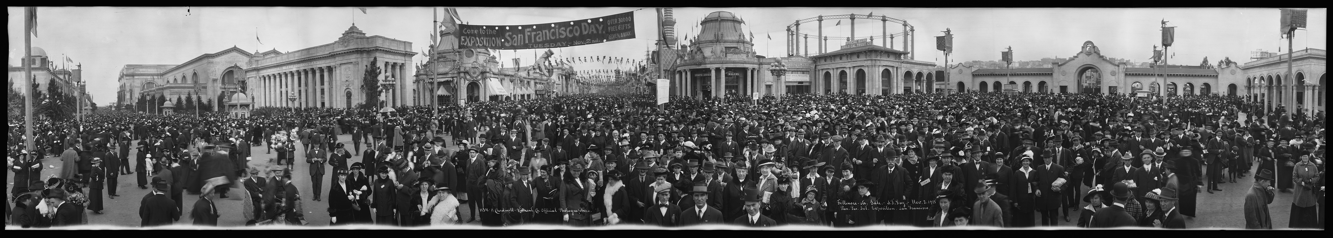 Panoramic photo of crowd inside Fillmore Street Gate and the Panama Pacific Exposition, Nov. 2, 1915.