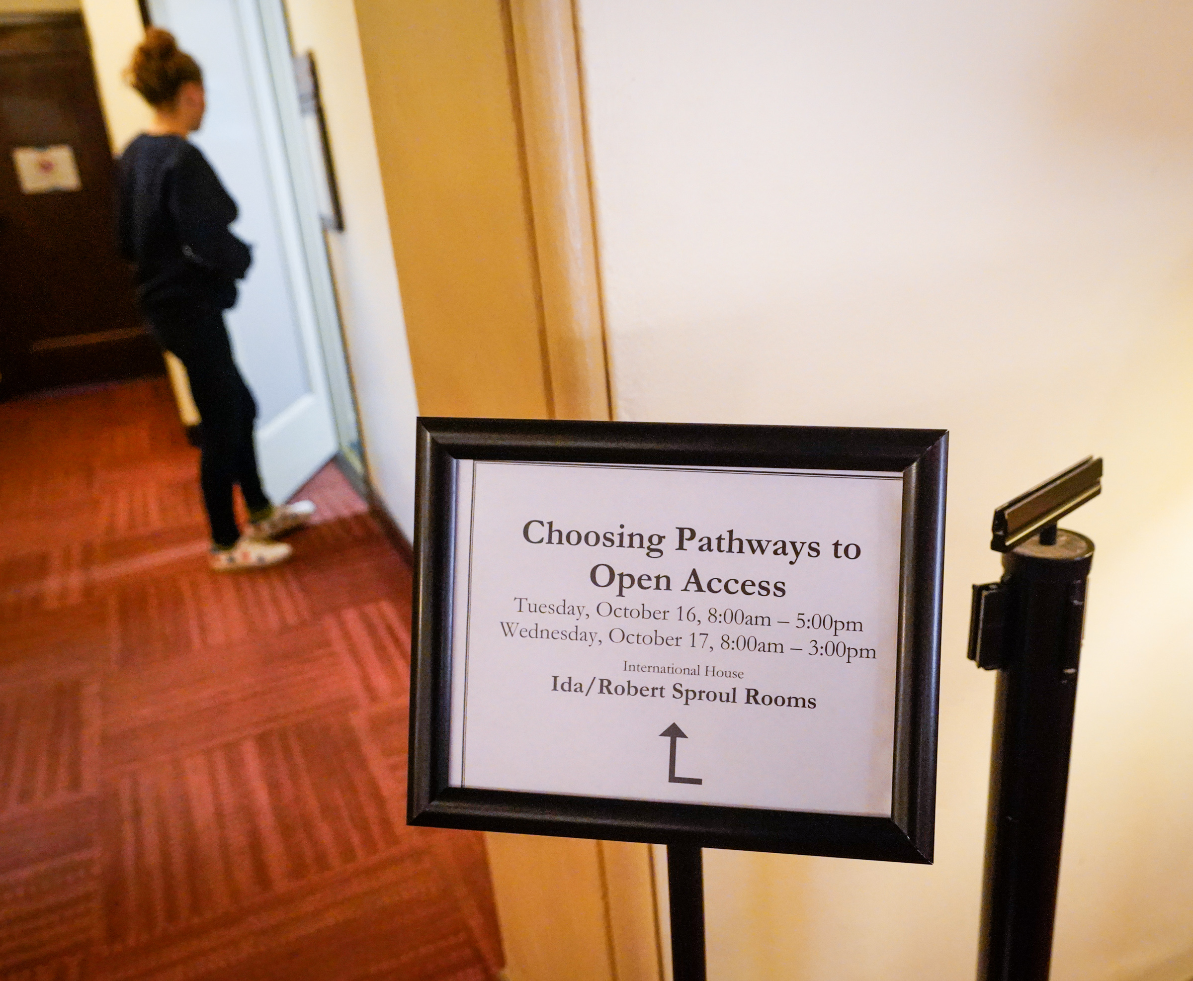 This photo depicts a sign pointing forum participants to discussion rooms.